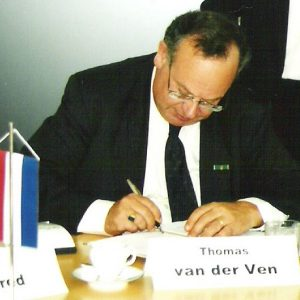 van der Ven podpis zalozenia nadacie 2002_16598