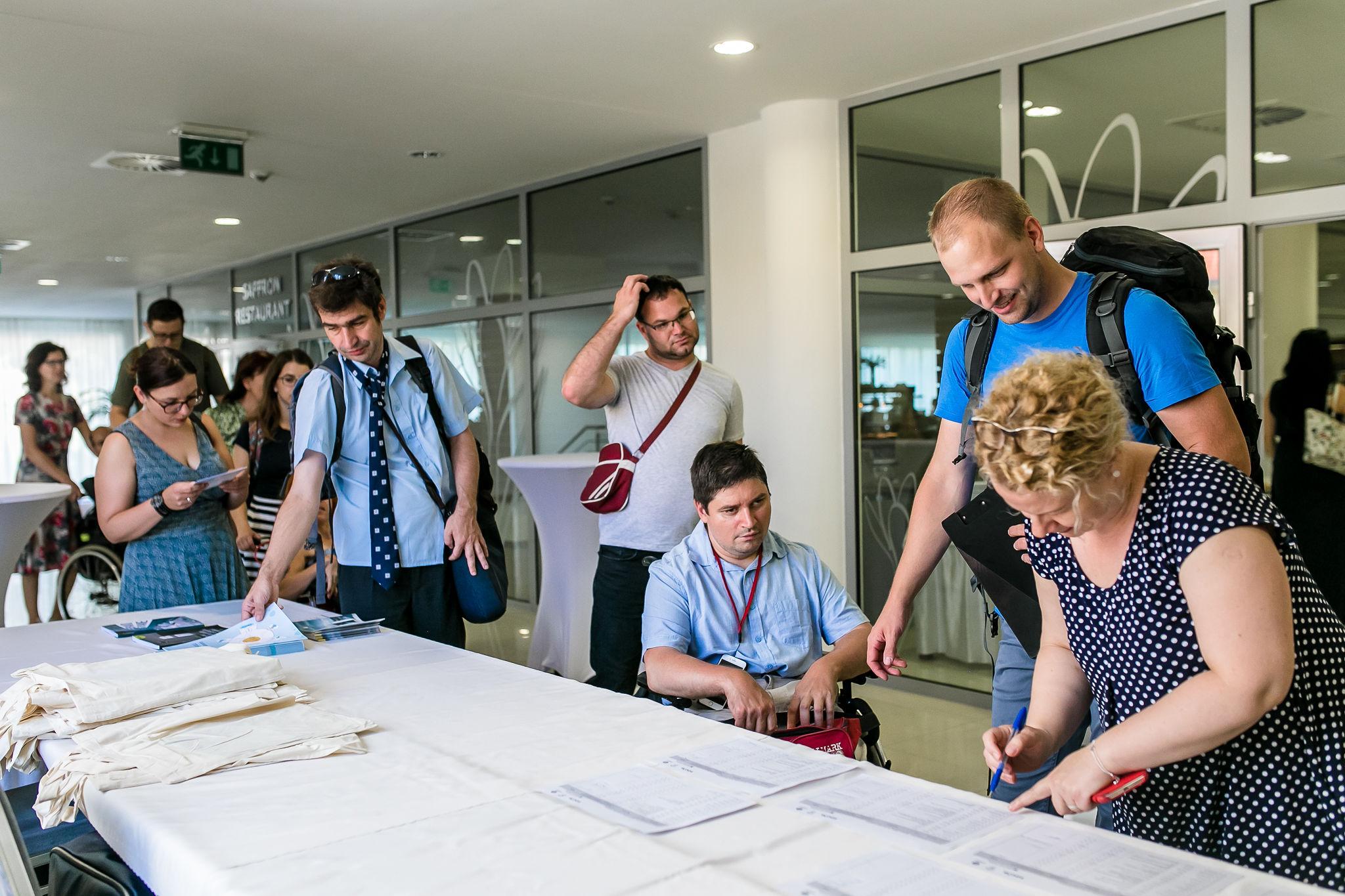 príchod účastníkov a podpisovanie prezenčky
