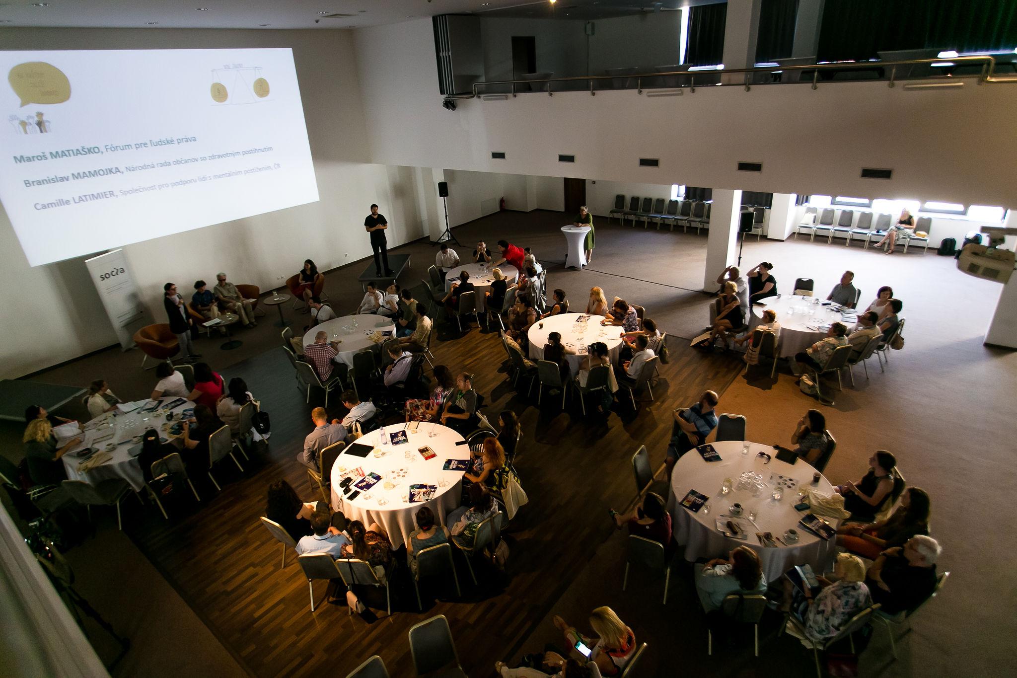 pohľad na účastníkov konferencie a konferenčnú miestnosť
