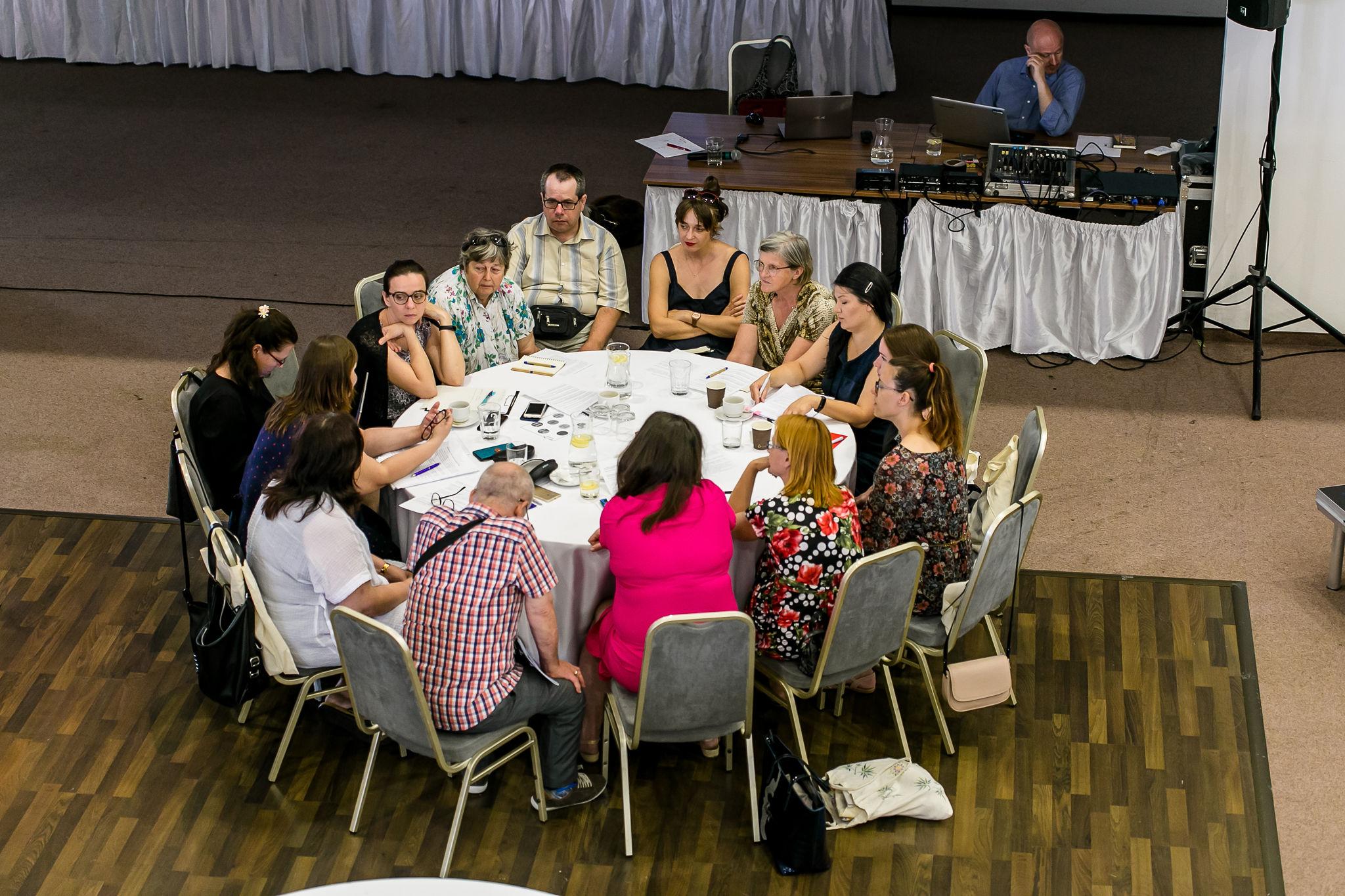 diskusie pri okrúhlych stoloch